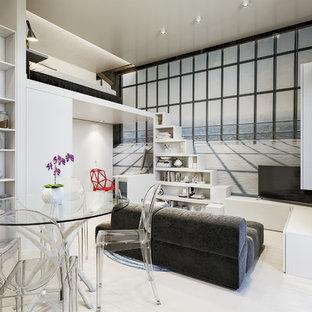 Immagine di un piccolo soggiorno design aperto con libreria, pareti multicolore, pavimento in laminato, pavimento beige e TV autoportante