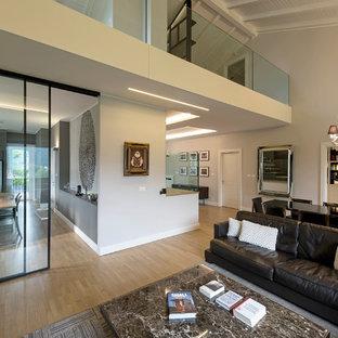 Idee per un ampio soggiorno contemporaneo aperto con pavimento in legno massello medio, parete attrezzata, sala formale e pareti bianche