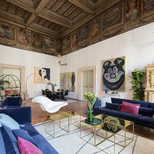 Idee per un soggiorno bohémian aperto con sala formale, pareti bianche, pavimento in terracotta, camino classico e pavimento arancione