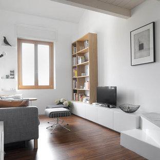 Imagen de salón abierto, escandinavo, con paredes blancas, suelo de madera oscura y televisor independiente