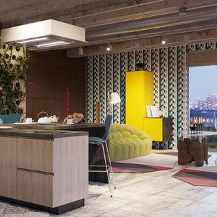 Idee per un grande soggiorno eclettico aperto con pareti multicolore e pavimento multicolore