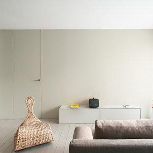 Idee per un soggiorno design con pareti grigie, pavimento in legno verniciato e pavimento grigio