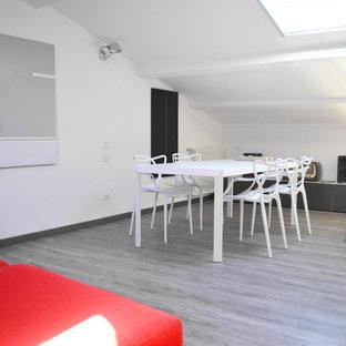 Imagen de sala de estar abierta, actual, extra grande, con paredes blancas, suelo de linóleo y suelo gris