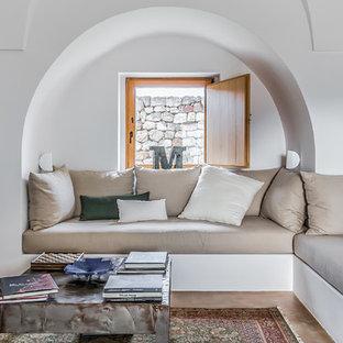 Immagine di un soggiorno mediterraneo con pareti bianche, nessun camino e nessuna TV