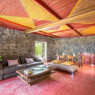 Idee per un soggiorno bohémian aperto con pavimento rosso e pareti grigie