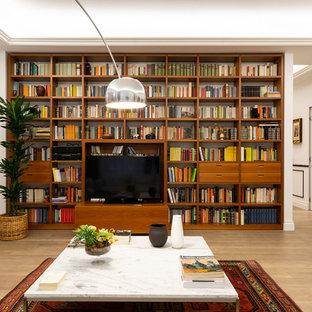 Ispirazione per un soggiorno classico con pareti bianche, parquet chiaro, TV autoportante e pavimento beige