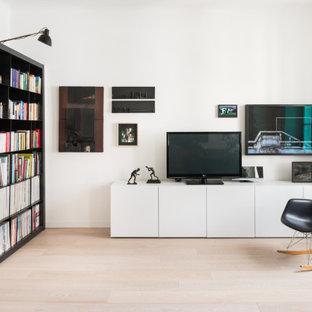 Esempio di un soggiorno design con libreria, pareti bianche, parquet chiaro, TV autoportante e pavimento beige
