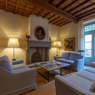 Idee per un soggiorno classico aperto con camino classico, pavimento marrone, pareti beige e pavimento in legno massello medio
