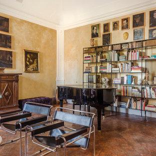 Esempio di un soggiorno mediterraneo aperto con pareti beige e pavimento marrone