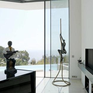 Foto di un grande soggiorno design stile loft con sala della musica, pareti bianche, pavimento in marmo, camino sospeso, cornice del camino in intonaco e pavimento beige