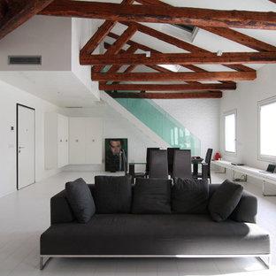 Esempio di un ampio soggiorno minimal aperto con pareti bianche e pavimento in legno verniciato