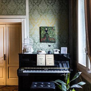 Aménagement d'une salle de séjour éclectique avec un mur vert, un sol en bois foncé et un sol marron.