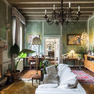 Immagine di un soggiorno boho chic chiuso con pareti verdi, parquet scuro, camino classico e pavimento marrone