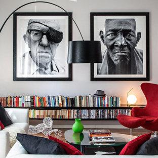Ispirazione per un soggiorno eclettico aperto con pareti grigie, parquet chiaro, sala formale e pavimento marrone