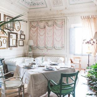Idee per un ampio soggiorno bohémian con sala formale, pareti multicolore, parquet chiaro, stufa a legna e TV autoportante
