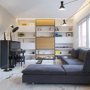Foto di un ampio soggiorno minimal aperto con libreria, pavimento in marmo, TV nascosta e pavimento bianco