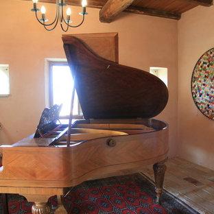 Foto de sala de estar con rincón musical abierta, campestre, de tamaño medio, con paredes rosas, suelo de baldosas de cerámica y suelo multicolor