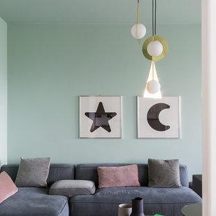 Esempio di un soggiorno minimal con pavimento in legno massello medio, pareti verdi e pavimento marrone