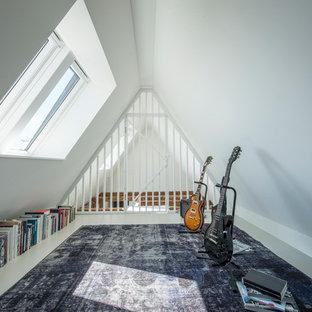 Foto di un soggiorno scandinavo di medie dimensioni e chiuso con sala della musica, pareti bianche e nessuna TV