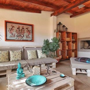 Ispirazione per un soggiorno mediterraneo con pareti bianche e camino ad angolo