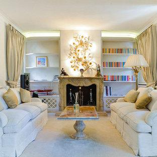 フィレンツェのトラディショナルスタイルのおしゃれなリビング (カーペット敷き、標準型暖炉、テレビなし、フォーマル、白い壁、白い床) の写真