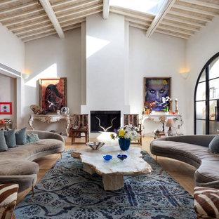 Foto di un soggiorno mediterraneo aperto con pareti bianche, parquet chiaro, camino classico, pavimento beige e soffitto a volta