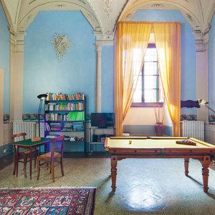 Ispirazione per un soggiorno bohémian con sala giochi, pareti blu, TV autoportante e pavimento beige
