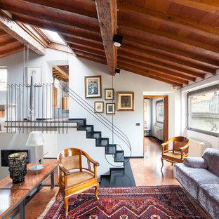 Idee per un soggiorno design con pareti bianche, pavimento in terracotta e pavimento rosso