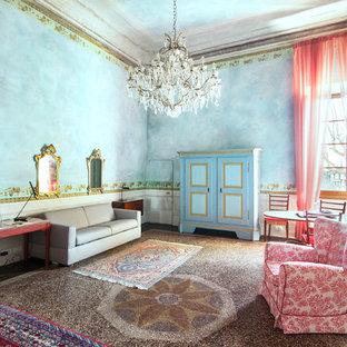 Foto di un soggiorno bohémian con pareti blu e pavimento multicolore