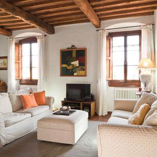 Immagine di un soggiorno mediterraneo di medie dimensioni e chiuso con pareti bianche, pavimento in terracotta, TV autoportante, pavimento arancione e travi a vista