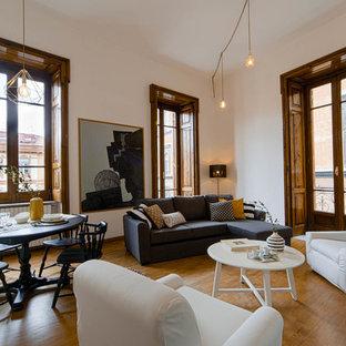 Ispirazione per un soggiorno tradizionale aperto con pareti bianche, pavimento in legno massello medio e pavimento marrone