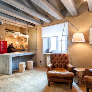 Immagine di un soggiorno industriale di medie dimensioni e aperto con angolo bar, pareti beige e parquet chiaro