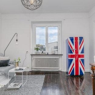 Idee per un piccolo soggiorno bohémian aperto con pareti bianche, parquet scuro e pavimento marrone