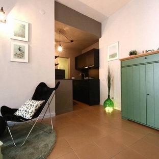 Esempio di un piccolo soggiorno scandinavo aperto con libreria, pareti multicolore, pavimento in gres porcellanato, TV a parete e pavimento rosa
