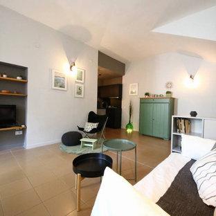 Idee per un piccolo soggiorno scandinavo aperto con libreria, pareti multicolore, pavimento in gres porcellanato, TV a parete e pavimento rosa