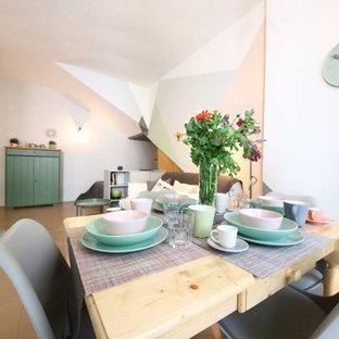 Ispirazione per un piccolo soggiorno scandinavo aperto con pareti multicolore, pavimento in gres porcellanato e pavimento rosa