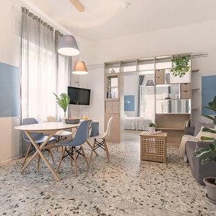 Immagine di un soggiorno stile marinaro con pareti blu, porta TV ad angolo e pavimento grigio