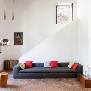 Exempel på ett mycket stort medelhavsstil allrum med öppen planlösning, med vita väggar, klinkergolv i terrakotta och rött golv