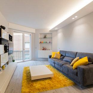 他の地域のコンテンポラリースタイルのおしゃれなリビング (白い壁、淡色無垢フローリング、グレーの床) の写真