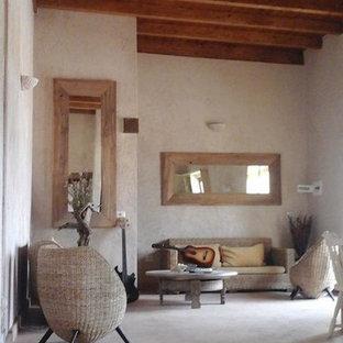 他の地域の大きい地中海スタイルのおしゃれなリビング (ベージュの壁、コンクリートの床、ベージュの床) の写真