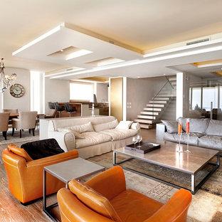 Geräumiges, Offenes Eklektisches Wohnzimmer mit weißer Wandfarbe und braunem Holzboden in Mailand