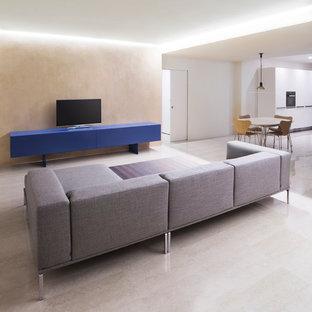 Imagen de salón abierto, contemporáneo, grande, con paredes beige y televisor independiente
