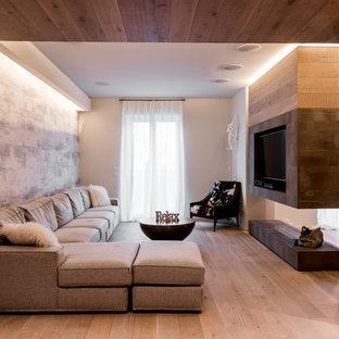Idee per un soggiorno contemporaneo con parquet chiaro, camino bifacciale, TV a parete, pavimento beige e pareti multicolore