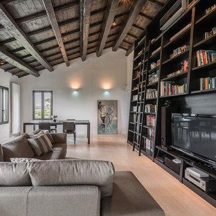 Foto di un soggiorno design aperto con libreria, pareti grigie, parquet chiaro, parete attrezzata e pavimento beige