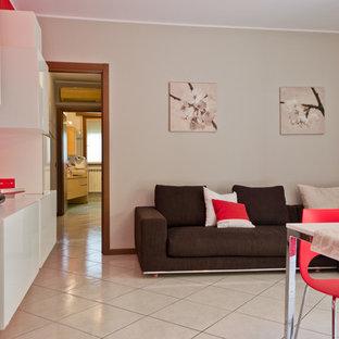 Ispirazione per un piccolo soggiorno contemporaneo aperto con pareti rosse, pavimento in gres porcellanato, TV a parete e pavimento bianco
