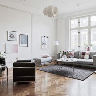 Idee per un soggiorno nordico con nessuna TV, pareti beige, pavimento in legno massello medio e pavimento beige