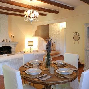 Idee per un soggiorno country di medie dimensioni e chiuso con pareti beige, pavimento in mattoni, camino classico, cornice del camino in mattoni e pavimento marrone