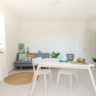 Esempio di un soggiorno nordico con pareti bianche e pavimento beige