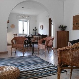 Foto de salón rústico, de tamaño medio, con paredes blancas, suelo de baldosas de cerámica y suelo rosa