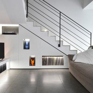 Foto di un soggiorno design con pareti bianche, TV autoportante e pavimento grigio